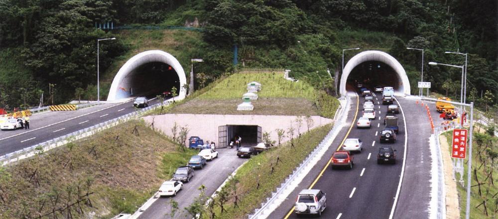 雪山隧道為於北宜高速公路 (國道五號、又稱蔣渭水高速公路) 之間,隧道全長 12.9 公里。其是台灣最長的公路隧道,目前為亞洲第二長的公路隧道,世界第五長的公路隧道;隧道兩端分別為新北市坪林區至宜蘭縣頭城鎮段之間,初被命名為坪林隧道,後因隧道穿越雪山山脈而改稱「雪山隧道」。自開通之後,民眾前往宜蘭、花蓮和台東地區旅遊變得方便,宜蘭頭城相當著名的旅遊景點如大溪漁港、桃源谷、草嶺古道、北關海潮公園、石盤寮瀑布的可達度都提高了。